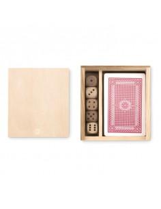 Zestaw do gry zawierający 54 karty oraz 5 kostek. Zapakowany w drewniane pudełko.